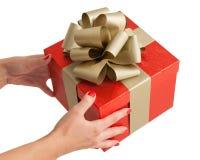 Tenersi per mano rosso del contenitore di regalo di compleanno di natale dell'oro Fotografia Stock