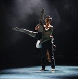 Tenez dessus la danse moderne d'amour-Le Image stock