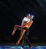 Tenez dessus la danse moderne d'amour-Le Photographie stock