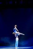 Tenez dessus la danse moderne d'amour-Le Photos stock