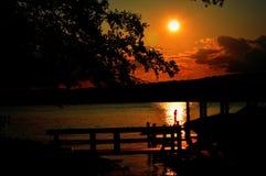 Tenez le coucher du soleil de silhouette du Lac Léman de panneau de palette Photo libre de droits