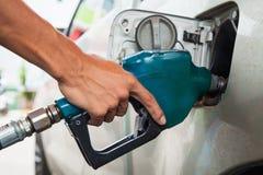 Tenez le gicleur d'essence photos libres de droits