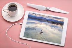 Tenez le paddleboard sur le lac - vue aérienne Image stock