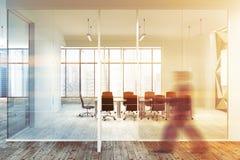 Tenez le premier rôle l'homme de lieu de réunion de bureau en verre de modèle de mur Photographie stock