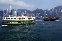 Tenez le premier rôle le ferry en Hong Kong Harbor avec l'horizon à l'arrière-plan Images libres de droits