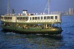 Tenez le premier rôle le ferry en Hong Kong Harbor avec l'horizon à l'arrière-plan Image libre de droits