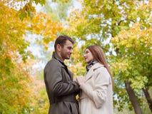 Tenez les mains des couples photo libre de droits