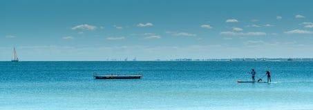 Tenez les pensionnaires de palette dans des essoreuses aboient Rockingham avec le ponton et le yacht dans image stock