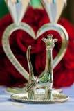Tenez-vous avec des anneaux sous forme de girafe et de verres sur un backg Photos libres de droits