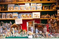 Tenez-vous avec les chiffres et l'objet pour créer des scènes de Noël Image libre de droits