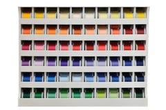 Tenez-vous avec les fils multicolores d'isolement sur le fond blanc Photographie stock libre de droits