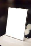 Tenez-vous avec un morceau de papier pour des annonces des textes Images libres de droits