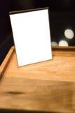 Tenez-vous avec un morceau de papier pour des annonces des textes Photos stock