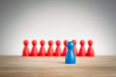 Tenez-vous et soyez unique - concept d'affaires de direction avec des gages Images stock