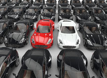 Tenez-vous les voitures rouges et blanches parmi beaucoup de voitures noires Images stock