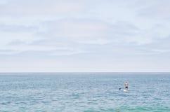 Tenez-vous paddleboarding Photo libre de droits