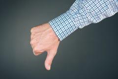 Tenga aversión y desapruebe gesto de mano con el pulgar abajo imágenes de archivo libres de regalías