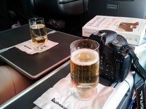 Tenga cámara viajará - establecido en clase de negocios en Quantas con el vino una cámara y un buen libro Los Ángeles CA LOS E.E. Imagenes de archivo