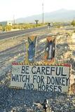 Tenga cuidado de señal de tráfico salvaje del burro y de los caballos a lo largo de la carretera lateral Pahrump, Nevada, los E.E Fotos de archivo