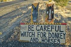 Tenga cuidado de señal de tráfico salvaje del burro y de los caballos a lo largo de la carretera lateral Pahrump, Nevada, los E.E Foto de archivo libre de regalías