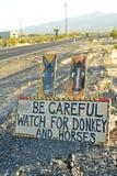 Tenga cuidado de señal de tráfico salvaje del burro y de los caballos a lo largo de la carretera lateral Pahrump, Nevada, los E.E Imagen de archivo libre de regalías