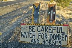 Tenga cuidado de señal de tráfico salvaje del burro y de los caballos a lo largo de la carretera lateral Pahrump, Nevada, los E.E Imágenes de archivo libres de regalías