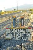 Tenga cuidado de señal de tráfico salvaje del burro y de los caballos a lo largo de la carretera lateral Pahrump, Nevada, los E.E Imagen de archivo