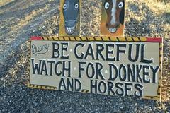 Tenga cuidado de señal de tráfico salvaje del burro y de los caballos a lo largo de la carretera lateral Pahrump, Nevada, los E.E Fotografía de archivo