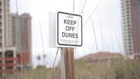 Tenga delle dune firmano dentro la spiaggia di pensacola, Florida stock footage