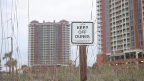 Tenga delle dune firmano dentro la spiaggia di pensacola, Florida video d archivio