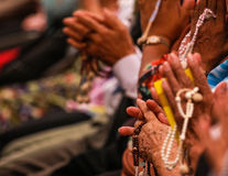 Tenga il rosario mentre salmodiano Fotografie Stock