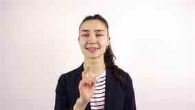 Tenga il silenzio, il gesto di giovane bella donna stock footage