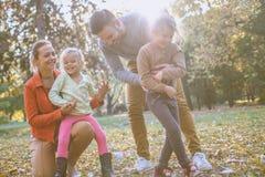 Tenga juego con los padres en el parque público En el movimiento Fotos de archivo