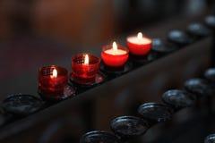 Tenga le candele nella chiesa fotografia stock