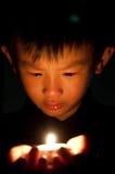 Tenga sulla candela della palma fotografia stock libera da diritti