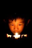 Tenga sulla candela della palma fotografia stock