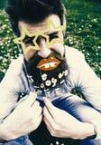 Tenga un día agradable Inconformista con la barba en cara alegre, presentando con los vidrios y los labios asteroides El individu Imagen de archivo