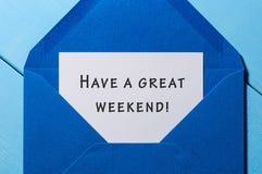 Tenga un gran fin de semana - desee en el sobre azul Concepto del asunto fotografía de archivo libre de regalías
