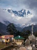 Tengboche con el pico del monte Everest en la distancia Fotografía de archivo