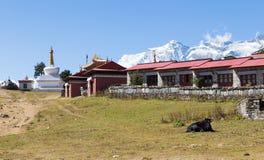 Tengboche monasteru budynek i Kongde góra grań Zdjęcie Stock