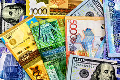 TENGE του Καζακστάν χρημάτων στο υπόβαθρο της σημαίας Στοκ Φωτογραφίες