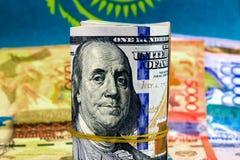 Tenge de Kazajistán del dinero en el fondo de la bandera Foto de archivo libre de regalías