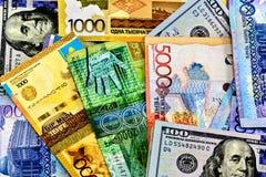 Tenge de Kazajistán del dinero en el fondo de la bandera Fotos de archivo