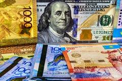 Tenge de Kazajistán del dinero y el dólar de EE. UU. Fotografía de archivo