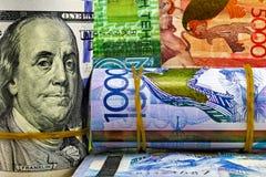 Tenge de Kazajistán del dinero y el dólar de EE. UU. Fotografía de archivo libre de regalías