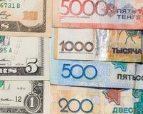 Tenge en de Amerikaanse dollars van geldkazachstan Stock Afbeeldingen