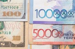 Tenge en de Amerikaanse dollars van geldkazachstan Stock Foto's