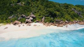 Tengere Anse, La Digue, Seychellen 4K de vlucht van de hommelcirkel over turkoois glashelder oceaanwater dichtbij aan tropisch stock video