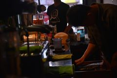 TENGGARONG, ΙΝΔΟΝΗΣΙΑ - MEI 2017: Όμορφος καφές καφέδων barista που προετοιμάζει το φλυτζάνι και την παραγωγή της έννοιας υπηρεσι Στοκ Φωτογραφία