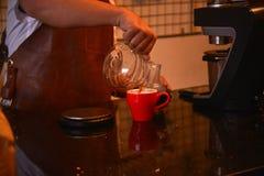 TENGGARONG, ΙΝΔΟΝΗΣΙΑ - MEI 2017: Όμορφος καφές καφέδων barista Στοκ Εικόνα